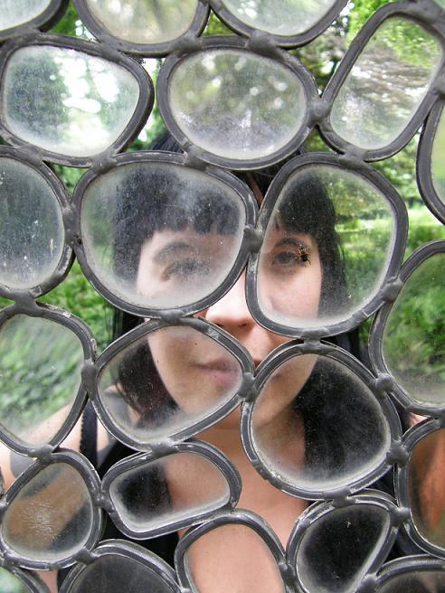 auto portrait à l'insecte - jardin d'Erasme - mai 08