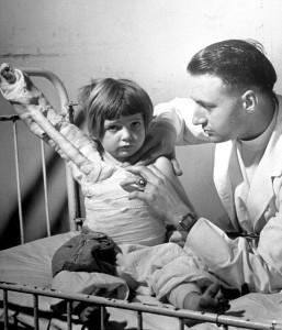 62 eisenstaedt-alfred-1940-child-burn-victim-minneapolis.jpg
